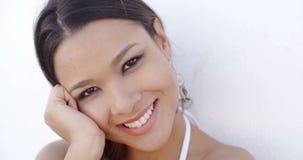 Mujer elegante atractiva con una sonrisa apacible almacen de metraje de vídeo
