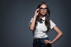 Mujer elegante atractiva en vidrios Imágenes de archivo libres de regalías
