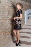 Mujer elegante atractiva hermosa con maquillaje brillante en un vestido de noche para el evento, el Año Nuevo, lanzamiento de la  Foto de archivo