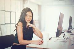 Mujer elegante atractiva joven en el equipo casual de la oficina que asiste Imagen de archivo