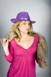 Mujer elegante atractiva joven en un sombrero Fotografía de archivo