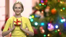 Mujer elegante bonita que sostiene la caja de regalo de la Navidad metrajes