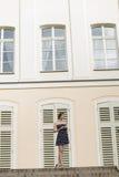 Mujer elegante cerca del edificio viejo foto de archivo libre de regalías