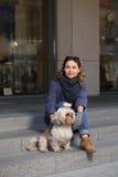 Mujer elegante con el perro del shih-tzu que se sienta en los pasos Fotografía de archivo