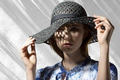 Mujer elegante con el sombrero imagenes de archivo