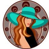 Mujer elegante con el sombrero y la alineada Fotos de archivo
