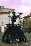 Mujer elegante con el traje del carnaval en blanco y negro en la puesta del sol Fotografía de archivo
