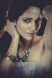 Mujer elegante con joyería de oro de la luz, del oro y de la plata Imagen de archivo libre de regalías