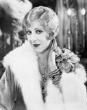 Mujer elegante con joyería fina y una boa de la piel (todas las personas representadas no son vivas más largo y ningún estado exi imagenes de archivo
