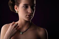 Mujer elegante con joyería Muchacha hermosa con los anillos y los pendientes del collar Joyería y accesorios estudio tirado en ba Fotos de archivo libres de regalías