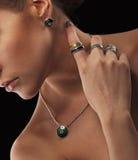 Mujer elegante con joyería Muchacha hermosa con los anillos y los pendientes del collar Joyería y accesorios Salón de la moda y d Fotos de archivo libres de regalías