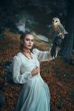 Mujer elegante con la lechuza común Imagenes de archivo