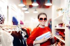 Mujer elegante con las gafas de sol de gran tamaño y el bolso de embrague de plata imágenes de archivo libres de regalías