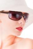 Mujer elegante con los vidrios de sol y el sombrero blanco Imagenes de archivo
