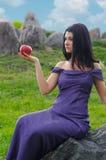 Mujer elegante con una manzana roja imagen de archivo