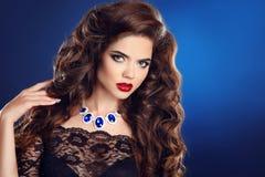Mujer elegante de la moda de la belleza Muchacha hermosa con el pelo ondulado largo Foto de archivo
