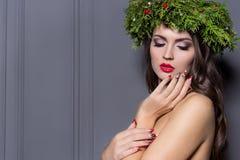 Mujer elegante de la moda de la Navidad Peinado y maquillaje del Año Nuevo de Navidad Señora magnífica del estilo de Vogue con la Fotografía de archivo libre de regalías