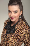 Mujer elegante de la moda en la sonrisa de la capa del estampado de animales Foto de archivo libre de regalías