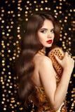 Mujer elegante de la morenita de la moda Estilo de pelo ondulado Maquillaje rojo de los labios Imagenes de archivo