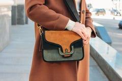 Mujer elegante de moda en una capa beige con un bolso de moda del ante foto de archivo libre de regalías