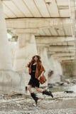 Mujer elegante del boho que salta, divirtiéndose, en sombrero, bolso de cuero, fri fotos de archivo