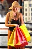 Mujer elegante del comprador en la ciudad vieja Gdansk Imagen de archivo libre de regalías