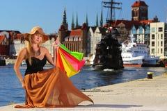Mujer elegante del comprador en la ciudad vieja Gdansk Foto de archivo libre de regalías