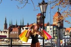 Mujer elegante del comprador en la ciudad vieja Gdansk Imágenes de archivo libres de regalías