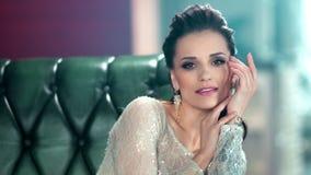 Mujer elegante del encanto de la belleza en la mirada de moda que juega la presentación rodeada por el interior de lujo almacen de metraje de vídeo
