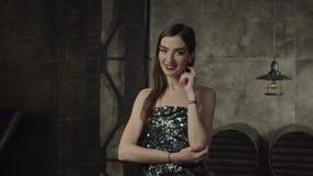 Mujer elegante del encanto que mira empeine y la fascinación metrajes