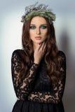 Mujer elegante delgada atractiva hermosa con los ojos ahumados del maquillaje brillante en la guirnalda del Año Nuevo del árbol d Fotografía de archivo