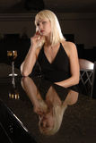 Mujer elegante en la barra con el vino Imagen de archivo