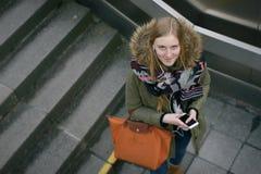 Mujer elegante en la moda del invierno en las escaleras Imagenes de archivo