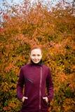 Mujer elegante en parque del otoño Imagen de archivo