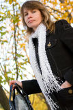 Mujer elegante en parque del otoño Fotografía de archivo