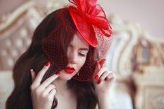 Mujer elegante en sombrero retro con los labios rojos y los clavos manicured BR Fotos de archivo