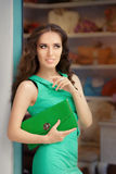 Mujer elegante en tienda de la moda imagenes de archivo