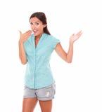 Mujer elegante en vaqueros cortos que gesticula el entusiasmo Imagen de archivo libre de regalías