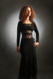 Mujer elegante en vestido de noche negro Foto de archivo