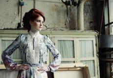 Mujer elegante en vestido romántico fotografía de archivo