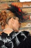 Mujer elegante en vestido y sombrero negros con velo Imagenes de archivo