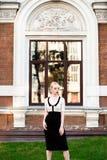Mujer elegante europea rubia de la moda feliz con los labios rojos y la piel blanca que se colocan en el edificio de ladrillo roj Imágenes de archivo libres de regalías
