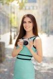 Mujer elegante feliz con la cámara digital compacta imagenes de archivo
