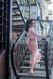 Mujer elegante hermosa joven en la escalera Foto de archivo