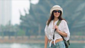 Mujer elegante hermosa joven que viaja en Asia almacen de metraje de vídeo