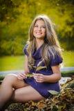 Mujer elegante hermosa que se coloca en un parque en otoño Imágenes de archivo libres de regalías