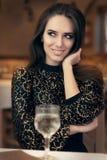 Mujer elegante hermosa que se sienta en un restaurante fotos de archivo libres de regalías