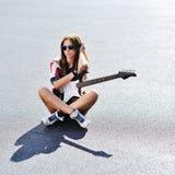 Mujer elegante joven atractiva con la guitarra eléctrica Imagen de archivo libre de regalías