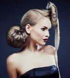 Mujer elegante joven con cierre creativo del estampado leopardo del estilo de pelo Imagen de archivo