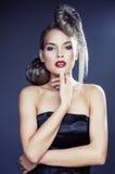 Mujer elegante joven con cierre creativo del estampado leopardo del estilo de pelo para arriba Imagen de archivo